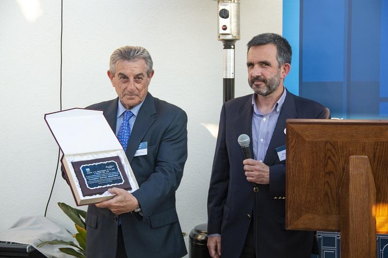 Iñigo Mijangos (dcha.) recibe de manos de Féliz Ruiz-Gálvez el premio a la Solidaridad en el Foto: Clara Serena Millán.