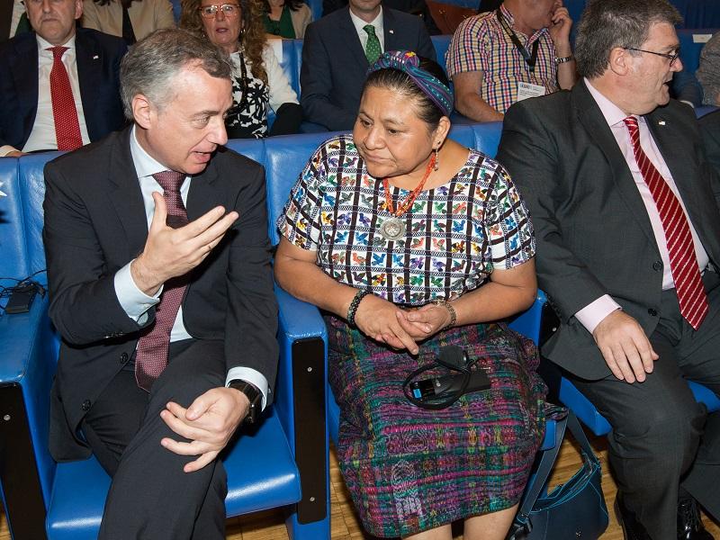 Urkullu,ayer, con la premio Nobel de la Paz Rigoberta Menchú. Foto: Gobierno vasco