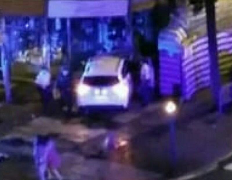El taxi empotrado en el escaparate de Ferretería Yarza, en Sancho el Sabio. Foto: DonostiTik.com