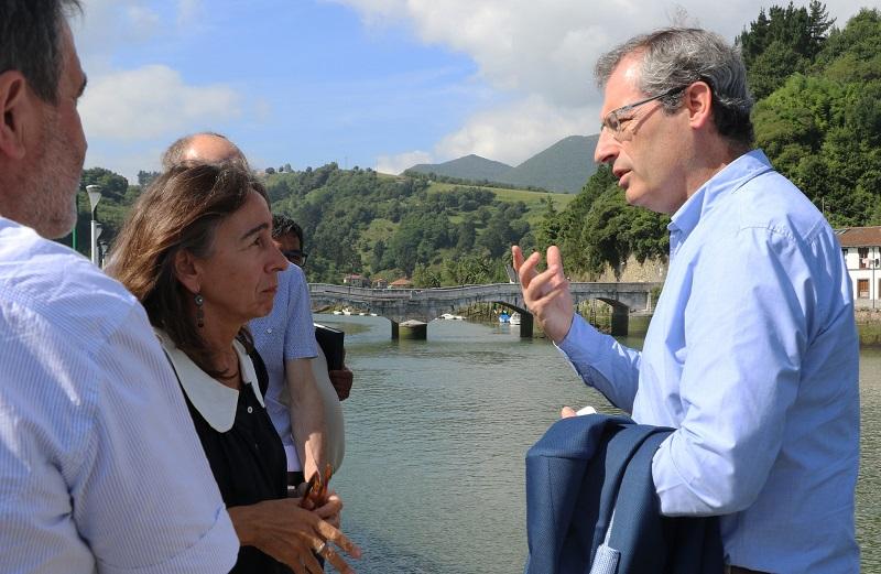 Markel Olano y Marisol Garmendia en Deba. Foto: Diputación