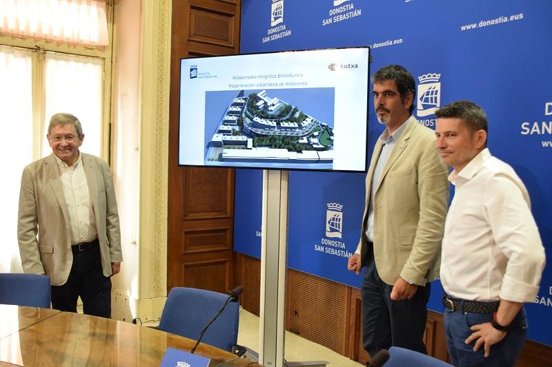 Presentación del proyecto, ayer, con el alcalde Eneko Goia, el concejal Enrique Ramos y el presidente de Fundación Kutxa, Manu Beraza. Foto: Ayto.