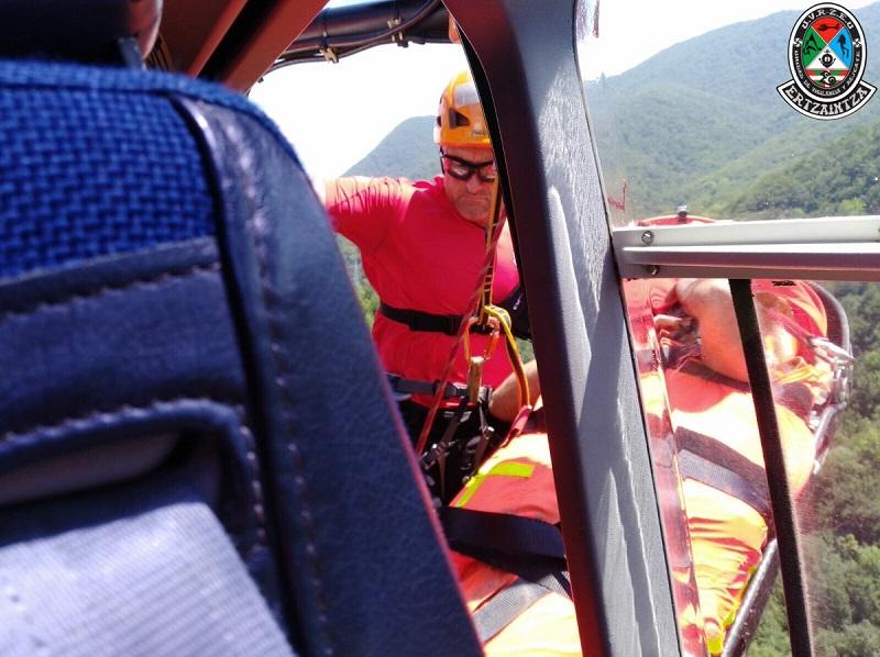 Rescate del motorista en Ataun. Foto: UVR Ertzaintza