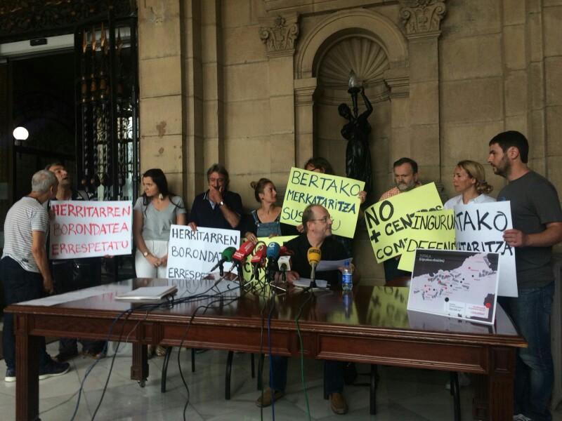 Representantes de la plataforma contra nuevas aperturas de centros comerciales. Foto: DonostiTik.com