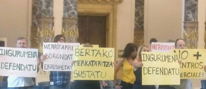 Protestas contra la ampliación de Garbera en el pleno. Foto: DonostiTik