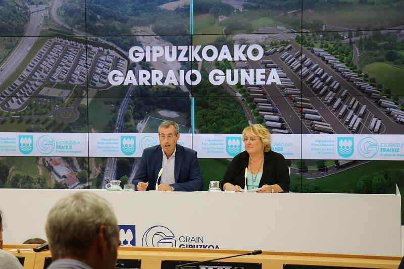 Aintzane Oiarbide y Markel Olano presentando el proyecto en 2018. Foto: Diputación