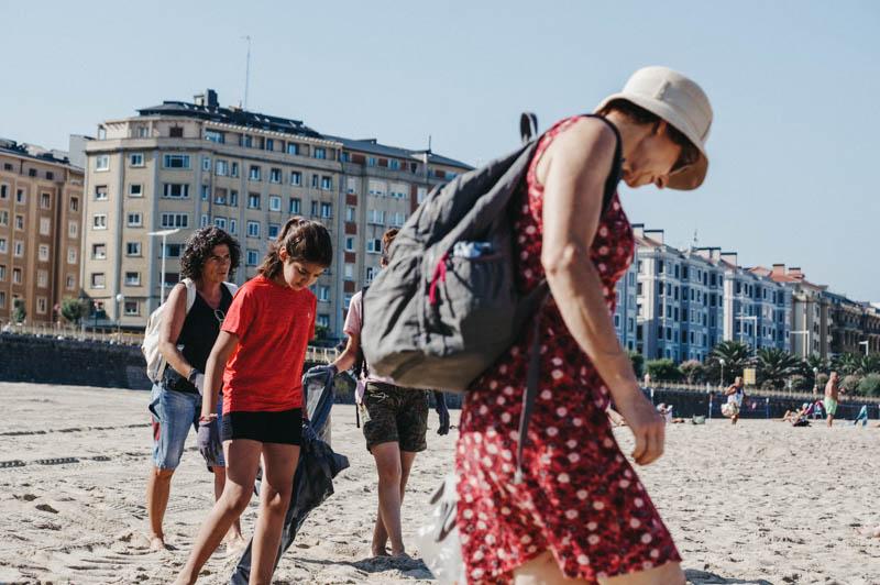 Voluntarios recogiendo residuos esta semana en la Zurriola. Foto: Santiago Farizano