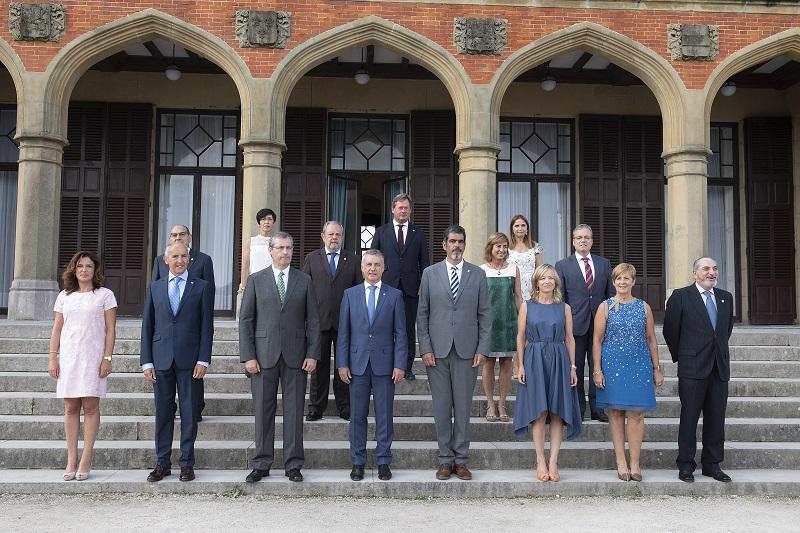 El equipo de gobierno y autoridades locales en el Palacio Miramar. Foto: Gobierno vasco