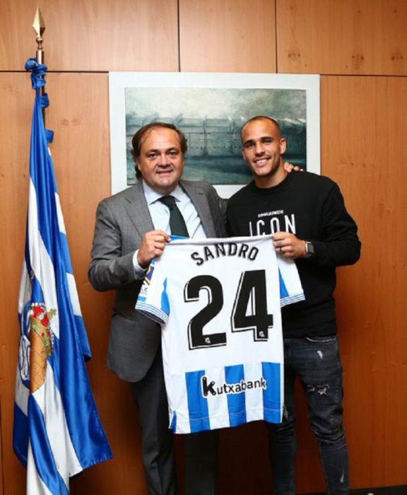 Aperribay y Sandro, ayer, en la llegada del jugador. Foto: Real Sociedad