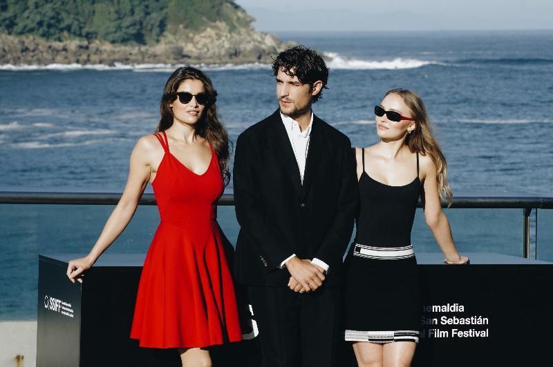 Garrel con las dos actrices Laetitia Casta y Lily-Rose Depp. Fotos: Santiago Farizano
