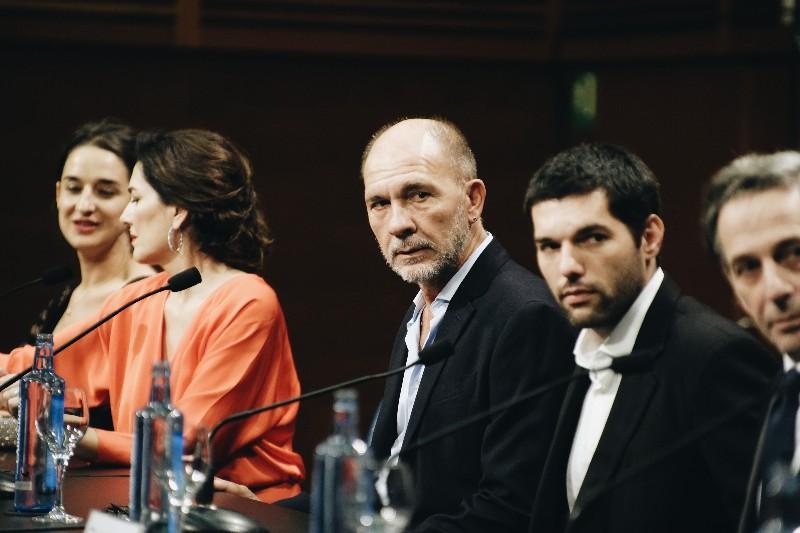 El equipo de 'Rojo' con Darío Grandinetti. Foto: Santiago Farizano