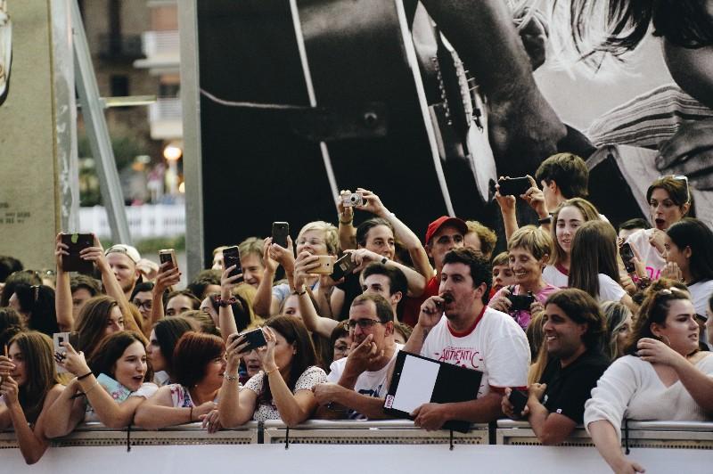 A la espera de los famosos. Foto: Santiago Farizano