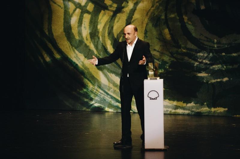 Ramón Agirre con su premio. Fotos: Santiago Farizano