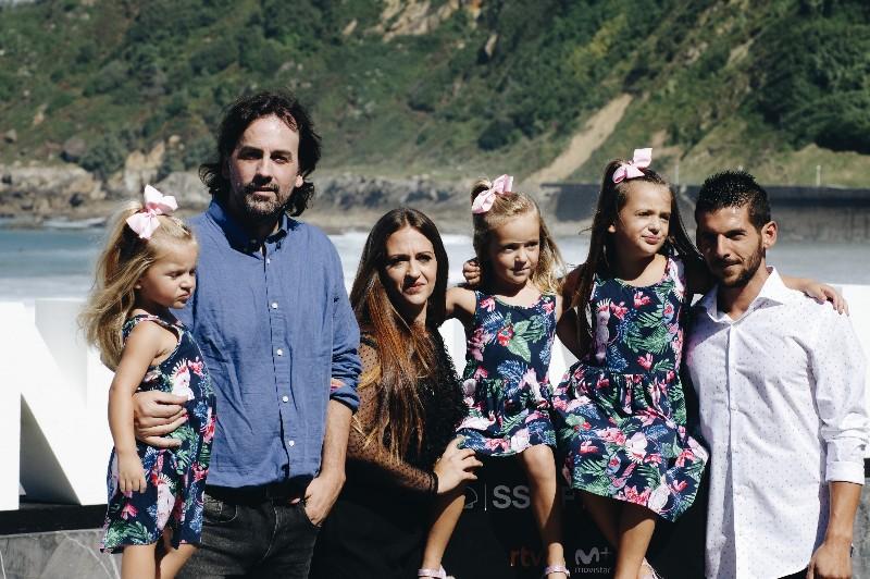 El director Isaki Cuesta con Isra, su protagonista, y la familia de éste último. Fotos:  Santiago Farizano