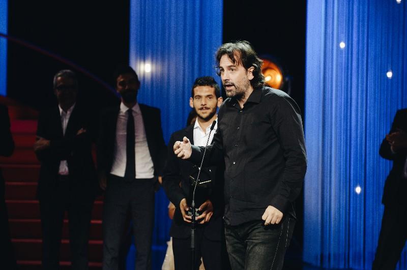 Isaki Lacuesta recogiendo la Concha de Oro a la mejor película por 'Entre dos aguas'. Fotos: Santiago Farizano