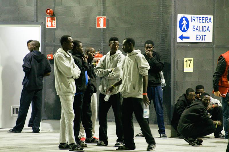 Migrantes en Donostia camino de Francia. Foto: Santiago Farizano