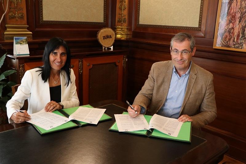 Nekane Balluerka y Markel Olano durante la firma: Foto: UPV/EHU