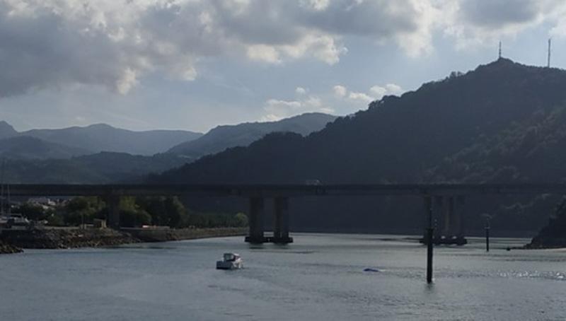 Una embarcación remolcando al parapentista que cayó el domingo en la desembocadura del río Oria. Foto: I.E.