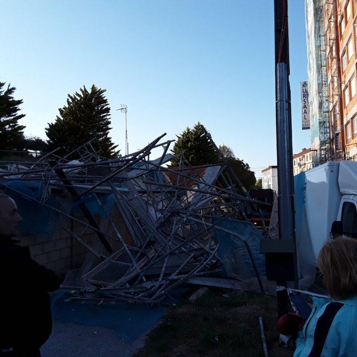 El andamio de Irun caído ayer. Foto: Bomberos de Gipuzkoa