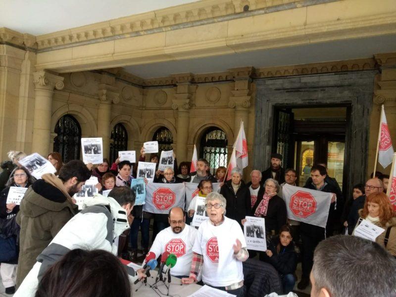 Stop Desajhucios esta mañana en el Ayuntamiento donostiarra. Foto: Ayto.