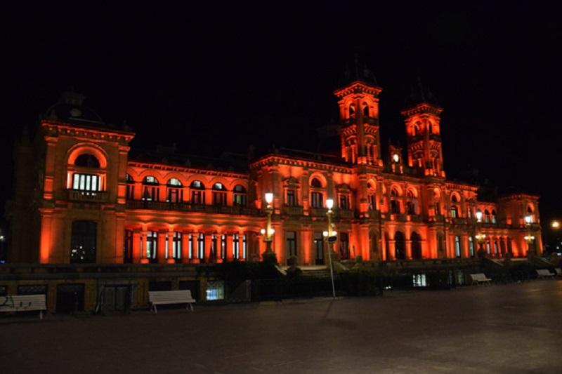 La fachada del Ayuntamiento, de rojo contra la pena de muerte. Foto: Ayto.