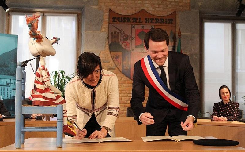 Firma de hermanamiento, con la alcaldesa de Tolosa y su homólogo de Charleville-Mézières. Foto: Tolosako Udala.