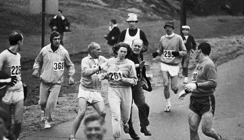Momento en que intentan expulsar a la pionera Katherine Switzer de la maratón de Boston (1967).