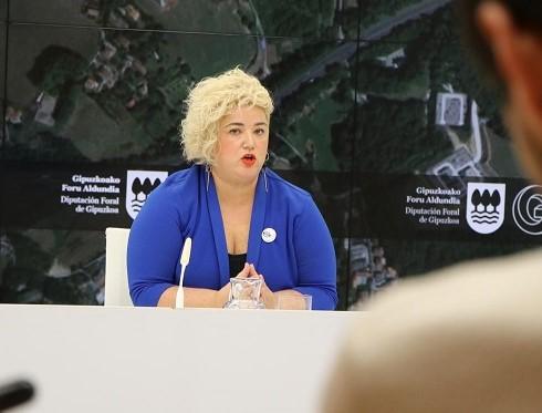 La diputada de Políticas Sociales, Maite Peña, en rueda de prensa. Foto: Diputación de Gipuzkoa.