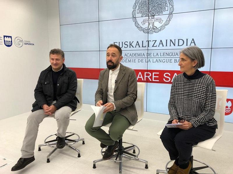 Foto: Denis Itxaso junto a Rocío Peña y Juan Bautista Mendizabal.