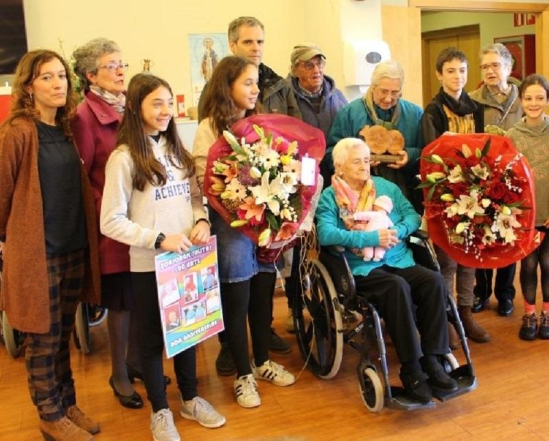 Julie Castam, centenaria de Azpeitia, junto con familiares y representantes municipales. Foto: Azpeitiko Udala.