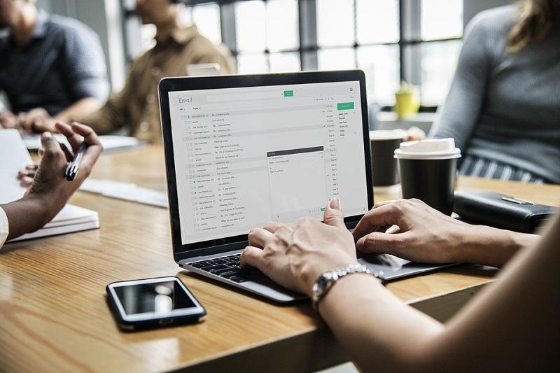 Una persona usa el ordenador portátil para consultar el correo electrónico.