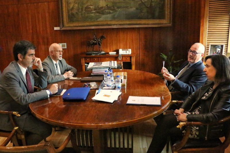 Reunión entre Eneko Goia y la ministra Margarita Robles. Foto: Ayto.