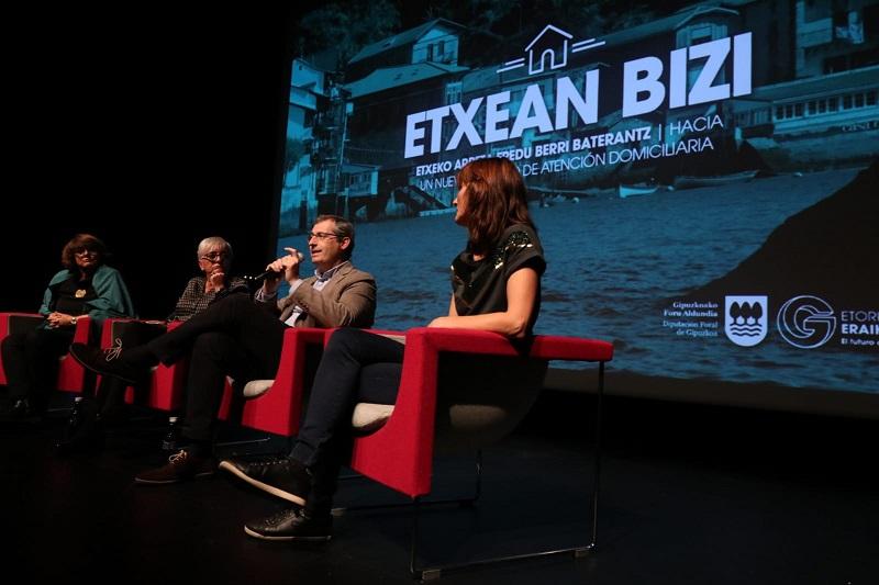 El diputado general, Markel Olano, ayer en Pasaia durante la presentación de Etxean Bizi. Foto: Diputación de Gipuzkoa