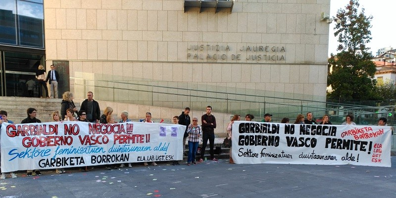 Una de las protestas de las trabajadoras de Garbialdi en comisarías y juzgados. Foto: ELA.