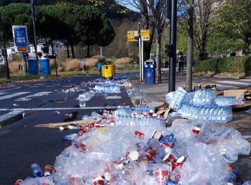 Residuos plásticos fuera del contenedor, tras la última maratón de Donostia. Foto: Equo Berdeak.