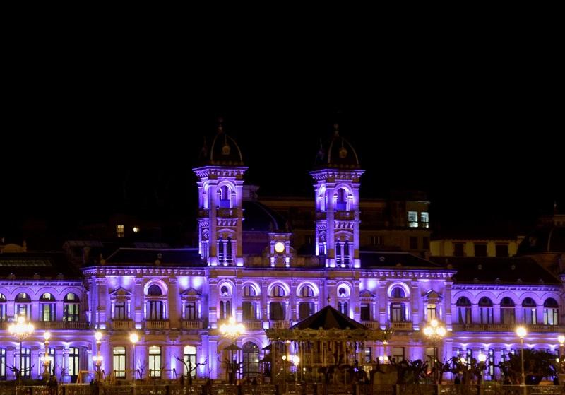 El Ayuntamiento donostiarra se iluminará con luz morada, como en otras ocasiones. Foto: Donostiako Udala.