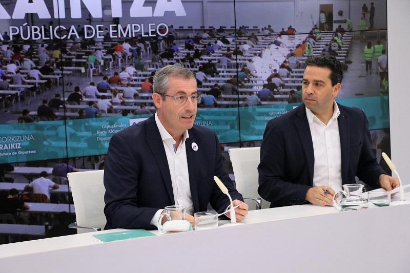 El diputado general de Gipuzkoa, Markel Olano, y el portavoz foral, Imanol Lasa, durante la presentación de la nueva OPE. Foto: Diputación.