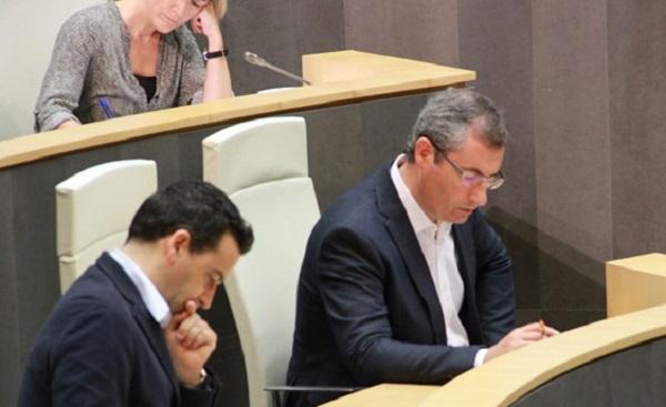 El diputado general, Markel Olano, y el portavoz foral, Imanol Lasa, en las Juntas Generales. Foto: Diputación.