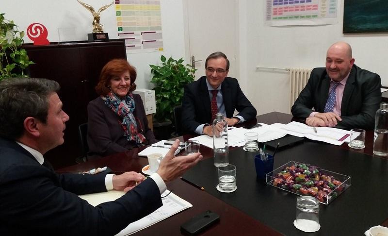 El alcalde irundarra, José Antonio Santano, reunido con los responsables de Renfe Viajeros. Foto: J.A. Santano (vía Twitter).