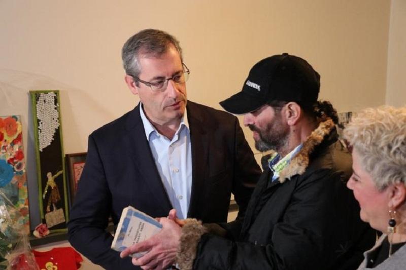 El diputado general, Markel Olano, con uno de los ocupantes de las viviendas del programa Hábitat Gipuzkoa. Foto: Diputación.