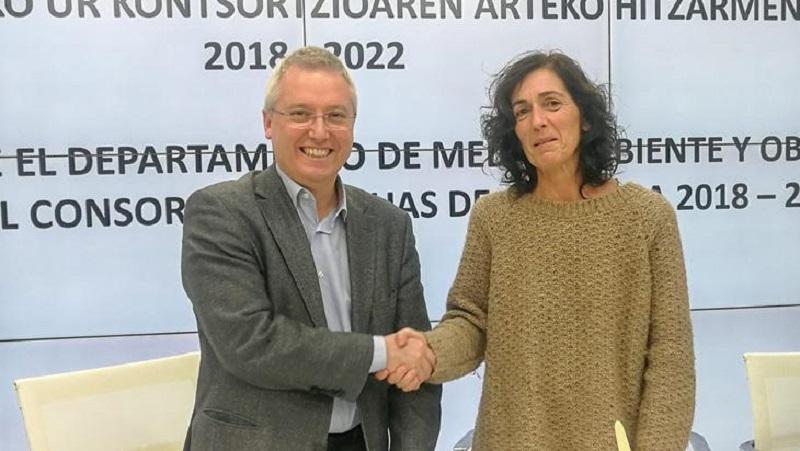 Apretón de manos entre el diputado de Obras Hidráulicas, José Ignacio Asensio, y la presidenta del Consorcio de Aguas, Olatz Peon. Foto: Diputación.