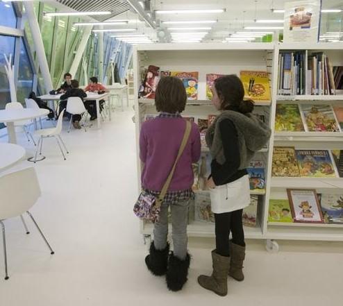 Una de las imágenes que muestra la guía, que promociona también las posibilidades de 18 bibliotecas. Foto: Donostia Kultura.