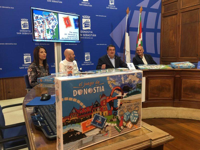 El teniente alcalde Ernesto Gasco y los autores del juego durante la presentación.