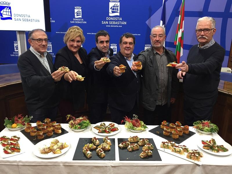 Ernesto Gasco con algunos de los hosteleros participantes en el proyecto. Foto: Ayto.