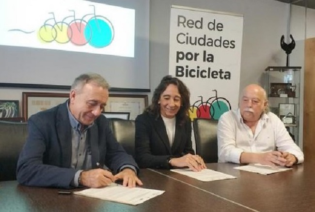 Firma del convenio por el que la Zikloteka acogerá la documentación de la Red de Ciudades por la Bicicleta. Foto: Cristina Enea Fundazioa.