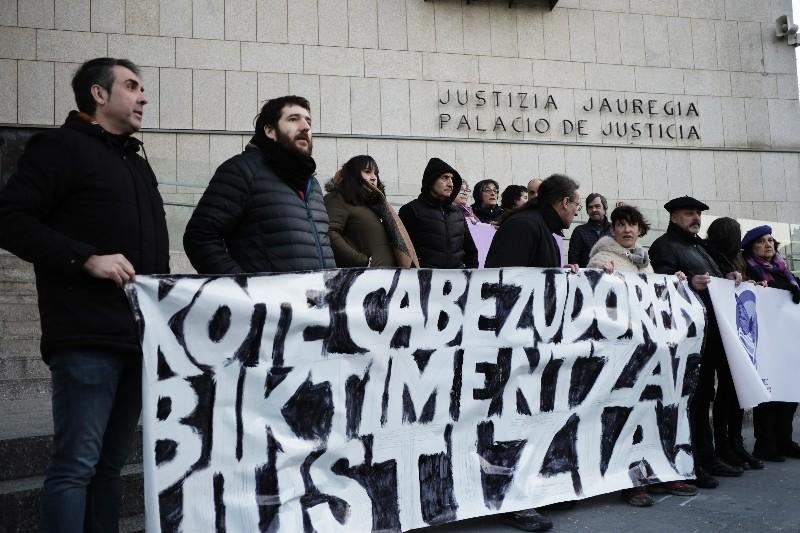 Concentración en apoyo a las víctimas de Kote Cabezudo esta mañana en los juzgados. Foto: Santiago Farizano