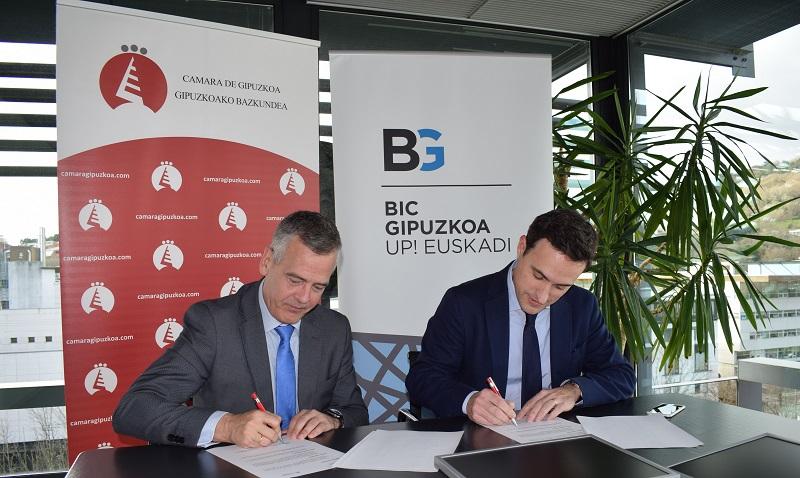 Firma del convenio para ayudar a los emprendedores, con los dirigentes de Cámara de Gipuzkoa y BIC Gipuzkoa. Foto: Cámara de Gipuzkoa.