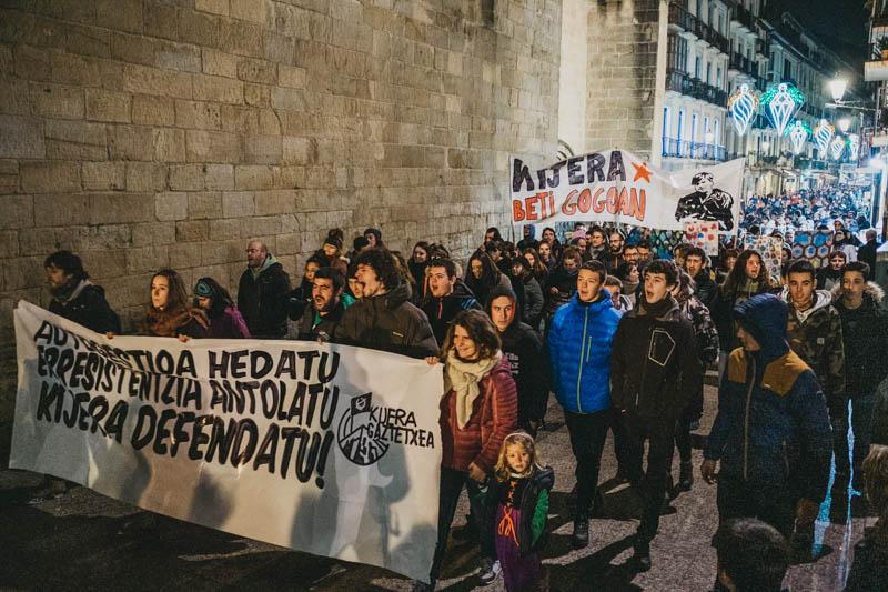 Manifestación de apoyo al Kijera Gaztetxea de la Parte Vieja. Foto: Santiago Farizano.