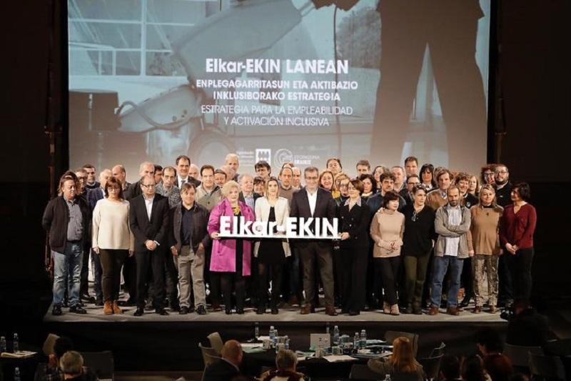 Foto de familia del Congreso Elkar-EKIN LANEAN. Foto: Diputación.