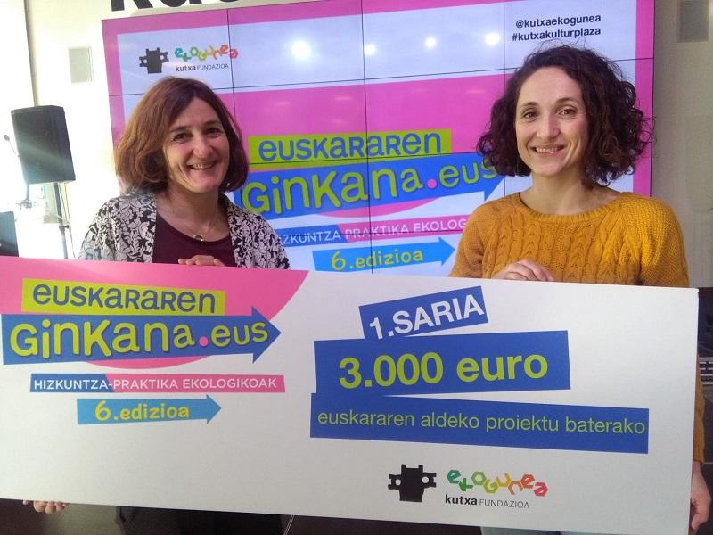 Presentación de Euskararen Ginkana, con Itsaso Olaizola (Kutxa Ekogunea) e Itsaso Lekuona (Euskaltzaleen Topagunea). Foto: A.E.