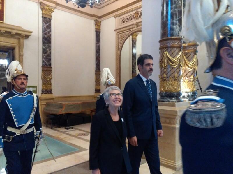Rosa García con el alcalde Eneko Goia recibiendo el último Tambor de Oro. Foto: Santiago Farizano